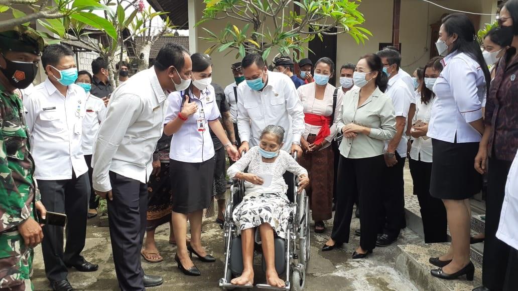 BUPATI Gianyar I Made Mahayastra didampingi Ida Ayu Surya Adnyani Mahayastramenyerahkan bantuan kursi roda, Rabu (24/2/2021) di Sukawati. Foto: adi
