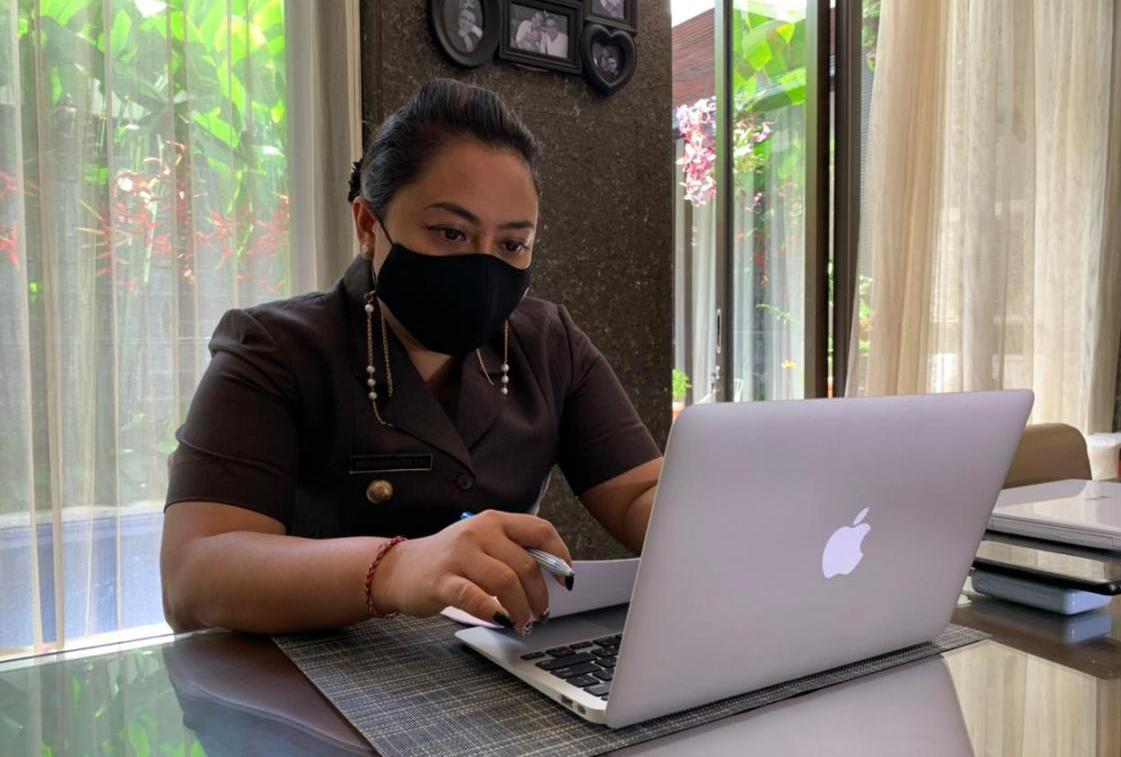 BUPATI Tabanan Ni Putu Eka Wiryastuti menyampaian Pidato Pengantar LKPJ Bupati Tabanan TA 2020, yang dilaksanakan secara virtual dalam Rapat Paripurna ke-1 masa persidangan I Tahun Sidang 2021 DPRD Tabanan, Senin (15/2/2021). Foto: ist