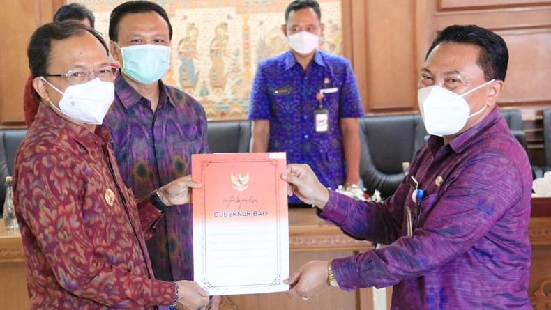 Pj Sekda Kota Denpasar, I Made Toya (kanan) saat menerima SK Gubernur terkait penunjukan sebagai Plh Wali Kota Denpasar, Selasa (16/2/2021). Foto: ist