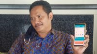 MANAJER PT PLN UP3 Bali Timur, Edi Cahyono, menunjukan aplikasi PLN Mobile. Foto: adi