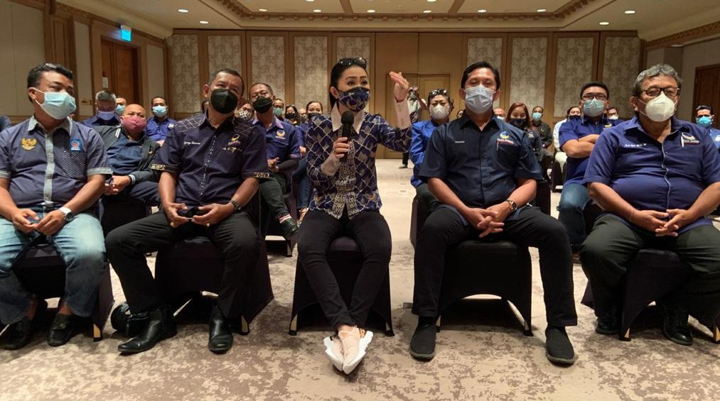 PENGUKUHAN pengurus DPW Partai Nasdem Bali di Jimbaran, Kamis (18/2/2021). Meski masih menjabat Ketua DPW Nasdem Bali, Julie Sutrisno Laiskodat menyatakan ingin agar orang Bali kelak menggantikannya di tengah perjalanan. Foto: hen