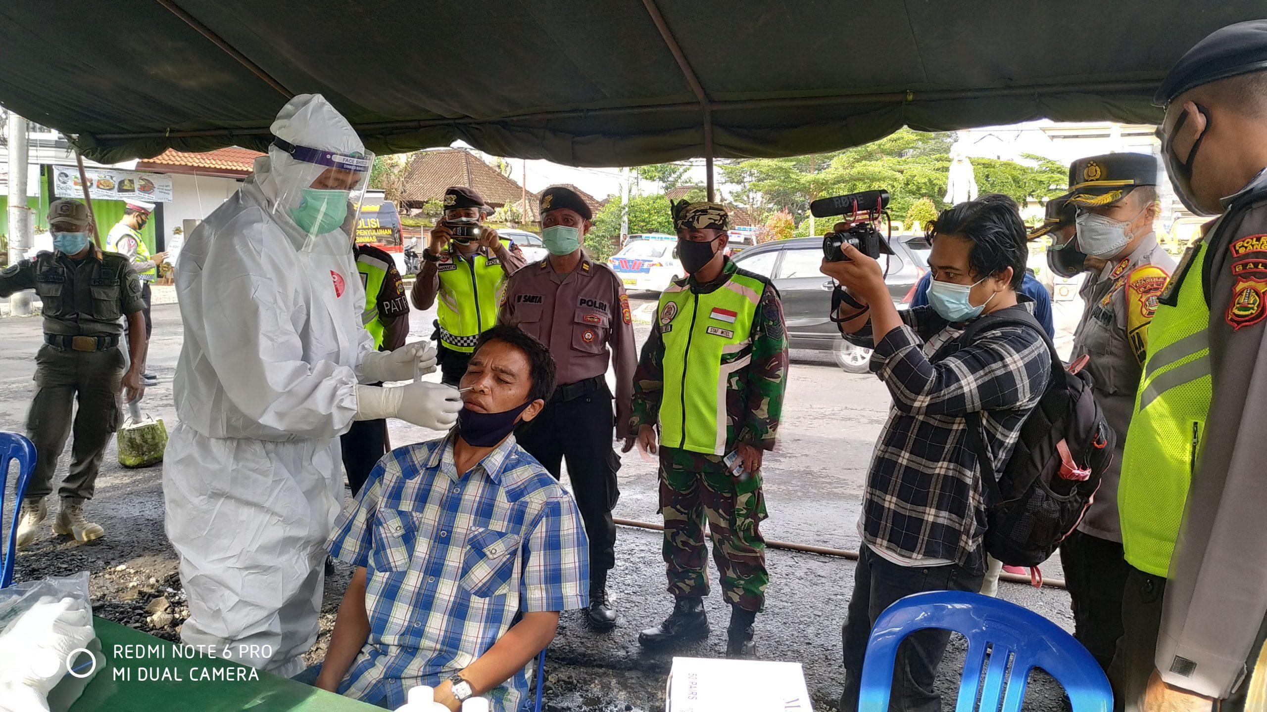 SALAH seorang pedagang di Pasar Kidul dites cepat antigen disaksikan Tim Gabungan Operasi Yustisi Prokes Bangli, Jumat (5/2/2021). Foto: ist