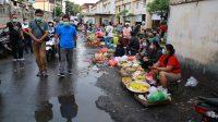 BUPATI Suwirta bersama Kepala Dinas Koperasi, UKM, dan Perdagangan Kabupaten Klungkung, Wayan Ardiasa' dan Kepala UPT Pasar, Komang Sugianta, mengunjungi Pasar Umum Galiran, Minggu (28/2/2021). Foto: ist