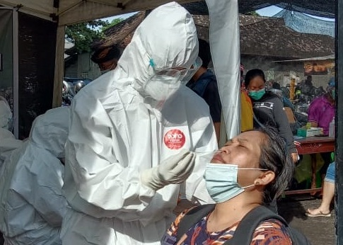 SEORANG warga menjalani tes cepat antigen di areal Pelabuhan Kusamba, Kamis (4/2/2021). Foto: ist