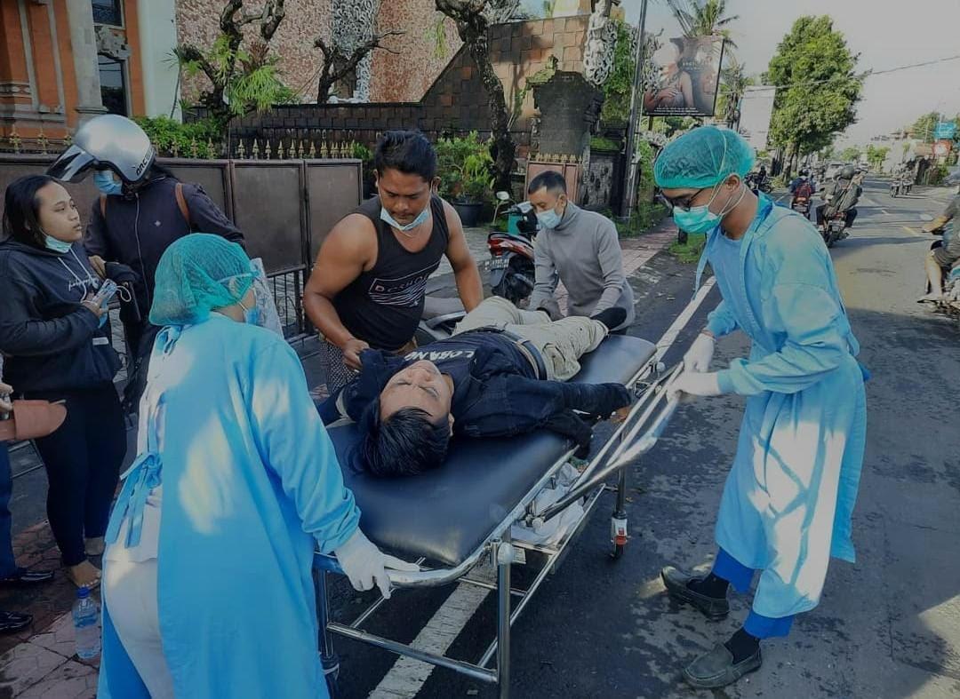 PEMOTOR mengalami lakalantas akibat jalan berlubang di Jalan Raya Celuk Sukawati. Foto: ist