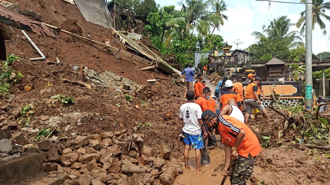 PETUGAS BPBD Buleleng dibantu warga Dusun Lebah di Desa Sekumpul membersihkan material longsor. Foto: rik
