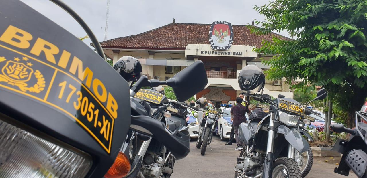 PERSONEL kepolisian saat patroli gabungan skala besar di KPU Bali sebelum pelaksanaan Pilkada 2020 lalu. Untuk mengurangi risiko bagi penyelenggara, KPU RI mengusulkan Pilkada 2024 digeser ke 2026 dengan menambah durasi jabatan petahana. Foto: hen