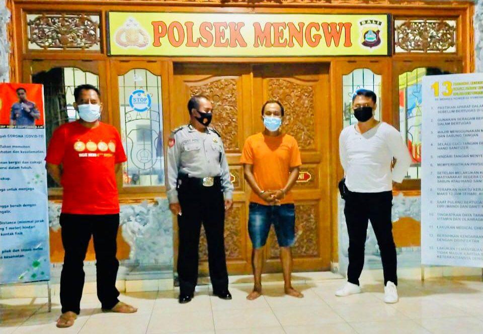 PENCURI di rumah bedeng rongsokan ditangkap petugas Opsnal Unit Reskrim Polsek Mengwi. Foto: ana