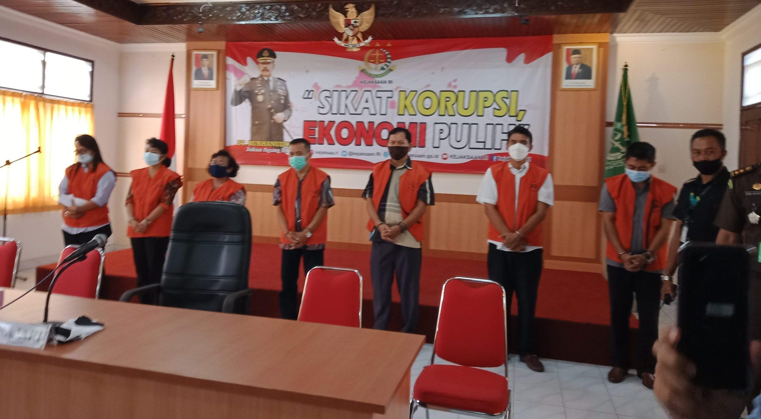 PARA tersangka saat dijejerkan di aula Kejari Buleleng, Rabu (17/2/2021). Foto: rik