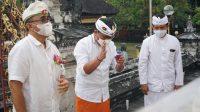 PASANGAN Wali Kota dan Wakil Wali Kota Denpasar terpilih IGN Jaya Negara dan I Kadek Agus Arya Wibawa mengikuti prosesi upacara majaya-jaya, Selasa (23/2/2021), di Pura Jagatnatha Denpasar. Foto: ist