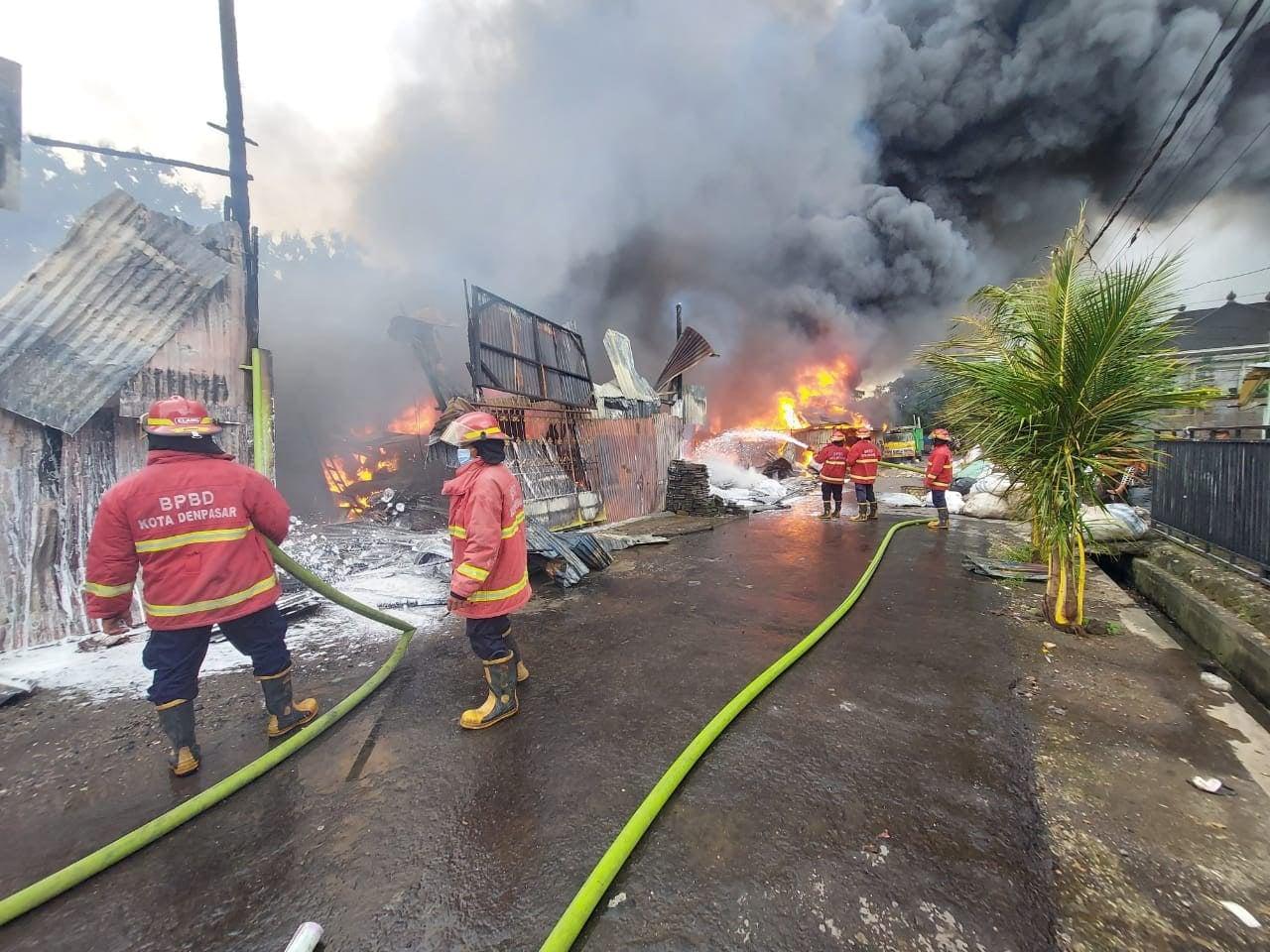PETUGAS BPBD saat melakukan pemadaman api yang menghanguskan gudang rongsokan di Jalan Monginsidi, Desa Dangin Puri Klod, Kota Denpasar pada Sabtu (6/2/2021). Foto: ist