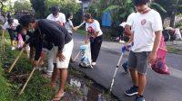 PEMUDA Banjar Banda, Desa Saba Blahbatuh, bersama komunitas Toltol dan Megaloman saat memunguti sampah plastik di wilayah Desa Adat Banda. Foto: adi
