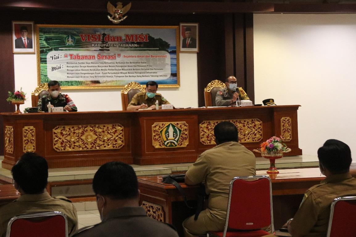 PEMKAB Tabanan menggelar Rakor Tindak Lanjut Penanganan Covid-19 dan Pemulihan Pariwisata di Bali, di Ruang Rapat Lantai II Kantor Bupati Tabanan, Senin (22/2/2021). Foto: gap