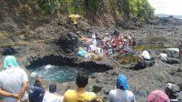 RITUAL niskala terus dijalankan oleh pihak para keluarga pemancing yang hilang di kawasan Pantai Mimba, Desa Padangbai, Manggis. Kamis (18/2/2021) pihak keluarga menggelar upacara yang diisi dengan mapag baleganjur. Foto: ist