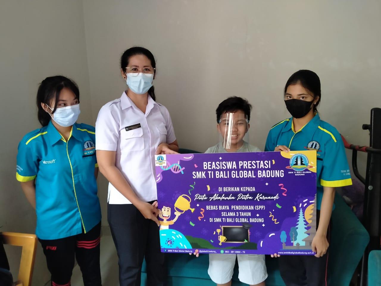 TIM SMK TI Bali Global Badung saat menyambangi Putu Akalanka Putra Karnaedi siswa kelas VI SDN 7 Benoa, Kuta Selatan, Badung, yang viral karena prestasi dan kreativitasnya membuat animasi edukasi. Foto: ist
