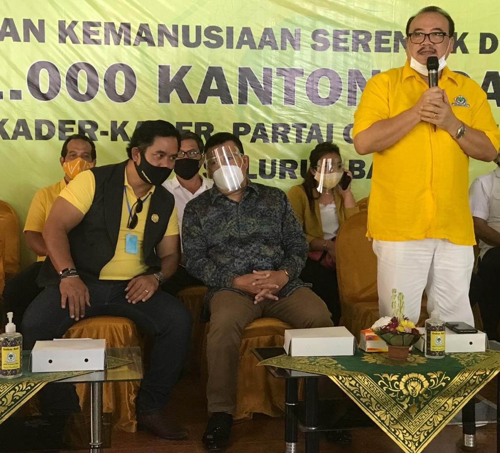SUGAWA Korry (kanan) dalam satu kegiatan Partai Golkar. Dia menghormati hasil survei elektabilitas parpol, termasuk yang menyebut Golkar hanya tersisa 3,4 persen pada saat ini. Foto: hen
