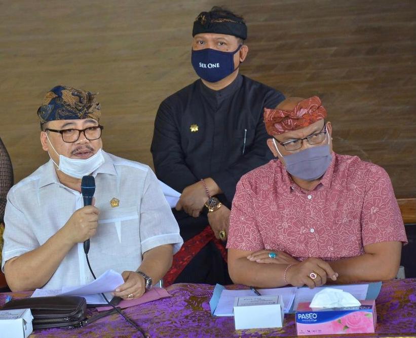 SUGAWA Korry (pegang mik) dan Sekwan I Gede Suralaga (di belakang). Foto: ist