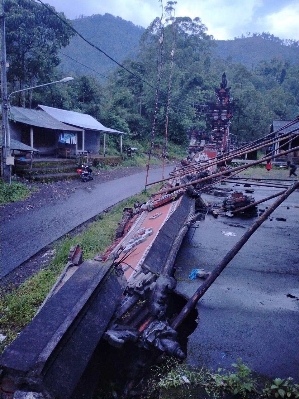 KONDISI tembok panyengker Pura Dukuh Sakti Petapan di Banjar Dinas Daya, Desa Ban, Kecamatan Kubu, Karangasem, yang jebol. Foto: nad