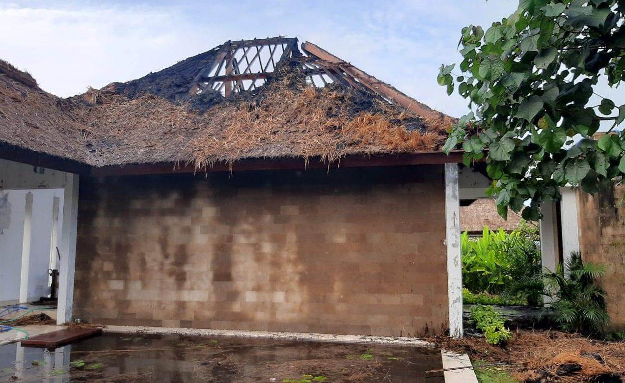 DISAMBAR petir, bagian atap lobi Vila Beraban Beach House (Bonti) di Banjar Tegalmengkeb Kelod, Desa Tegalmengkeb, Kecamatan Selemadeg Timur, hangus terbakar, Jumat (5/2/2021). Foto: ist