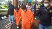 DUA tersangka Wahid Abdurahman alias Akang dan Ikram Yaru saat digiring di Mapolresta Denpasar, Sabtu (27/2/2021). Foto: ana