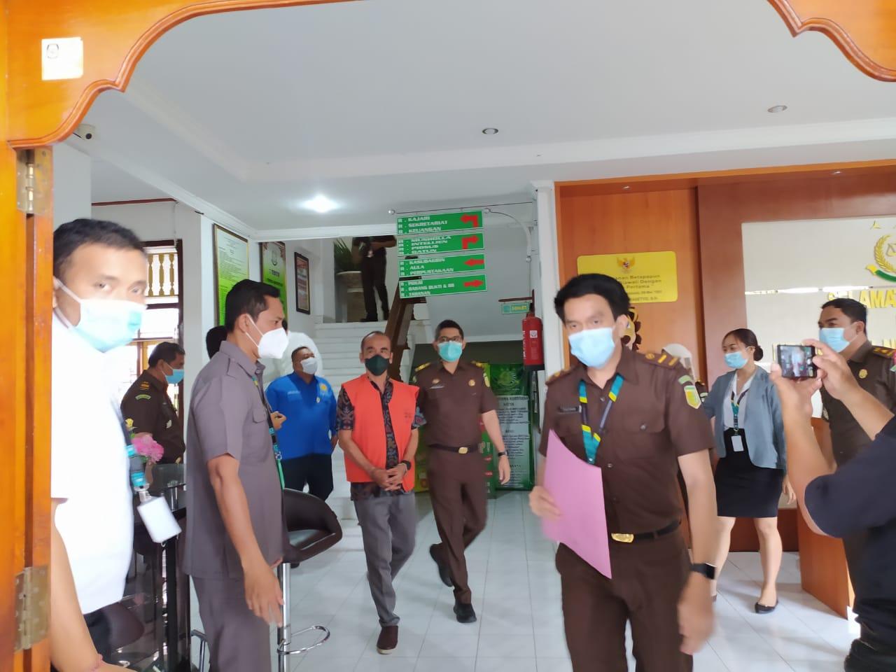 TERSANGKA Nyoman GG (pakai rompi oranye) saat digiring petugas kejaksaan di Kejari Buleleng. Foto: rik
