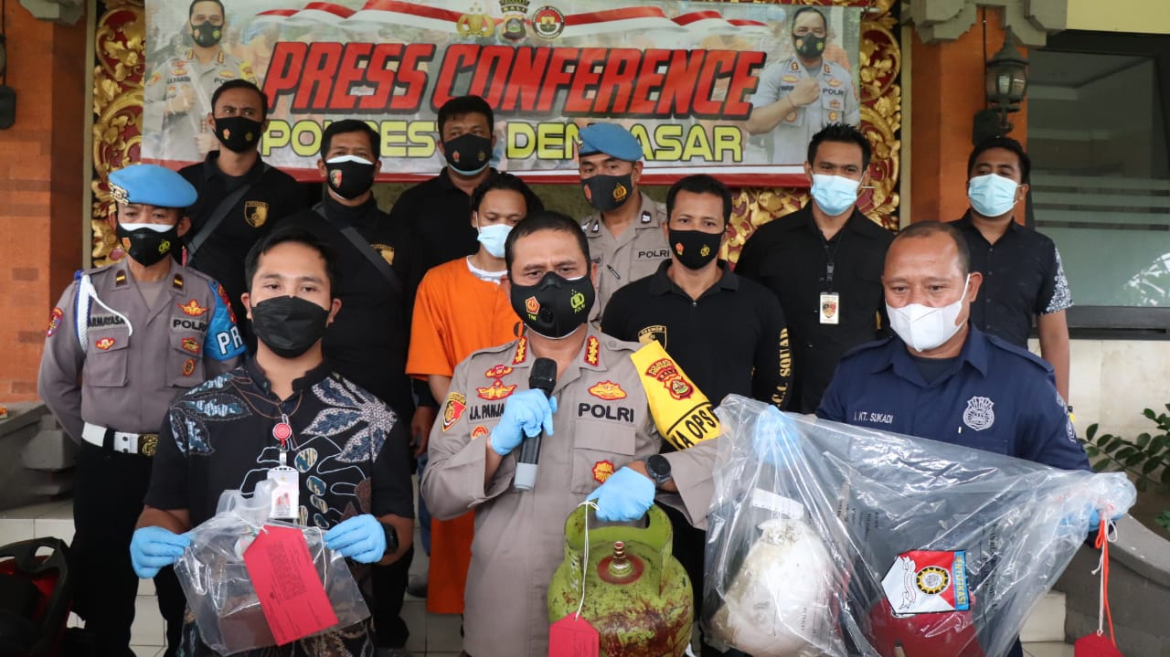 KAPOLRESTA Denpasar Kombes Pol. Jansen Avitus Panjaitan, menunjukkan barang bukti dan tersangka Basori Arifin (24), pembunuh Sri Widayu (48). Foto: ana