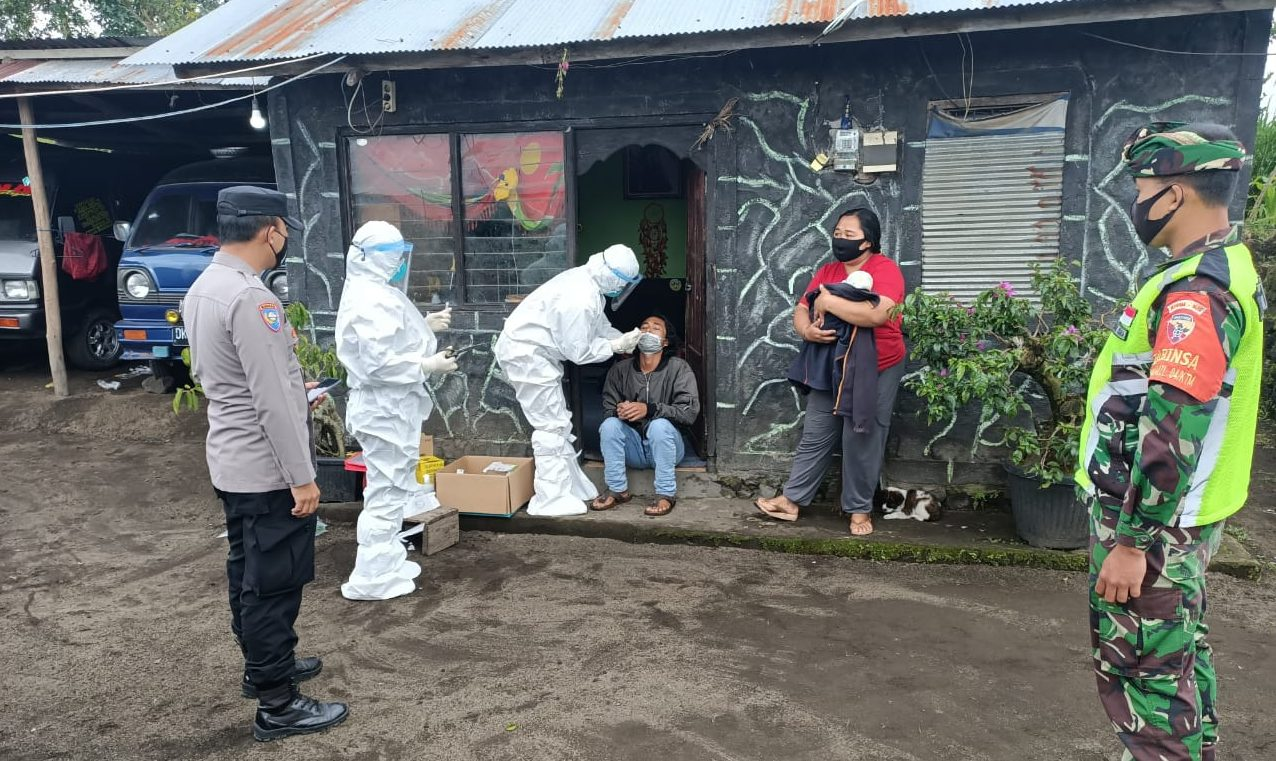 GUGUS Tugas Penanganan Covid-19 Kecamatan Kintamani melaksanakan tes antigen di Desa Batur Utara, Jumat (19/2/2021). Foto: ist