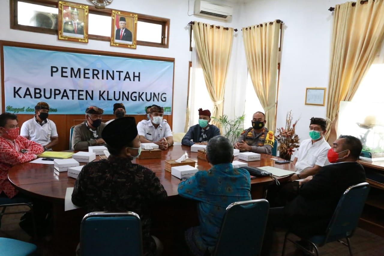 TIM BK DPD RI melakukan pertemuan dengan tokoh Nusa Penida dan Bupati Klungkung, Nyoman Suwirta, Rabu (10/2/2021) di kantor Bupati Klungkung. Foto: ist