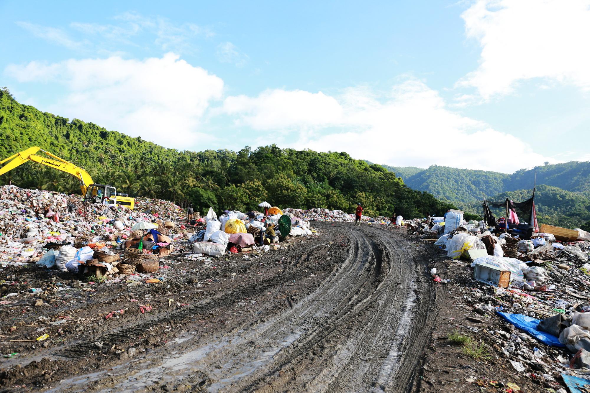 KONDISI TPA Sente di Desa Pikat, Kecamatan Dawan mengalami kepenuhan sampah, Minggu (28/2/2021). Foto: ist