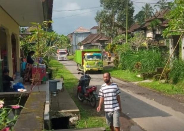 "WARGA Desa Rendang, Kecamatan Rendang, Karangasem mengeluhkan belasan truk pengangkut material galian C yang tak diduga ""nyasar"" masuk ke jalur permukiman warga. Foto: ist"