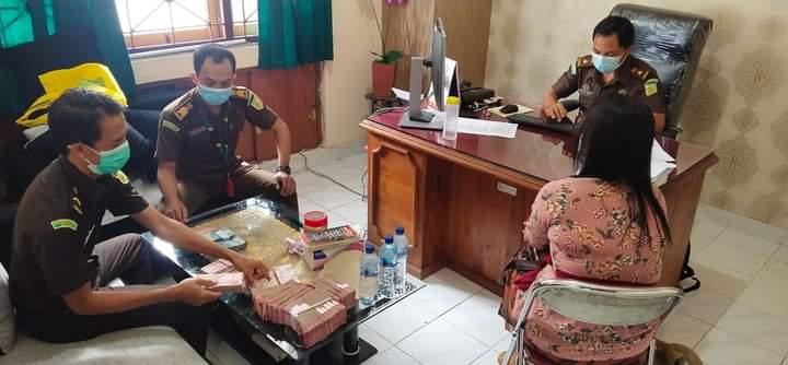 TIM Pidsus Kejari Buleleng mengamankan barang bukti uang terkait dugaan korupsi dana PEN Pariwisata yang dikelola oleh Dispar Buleleng. Foto: ist