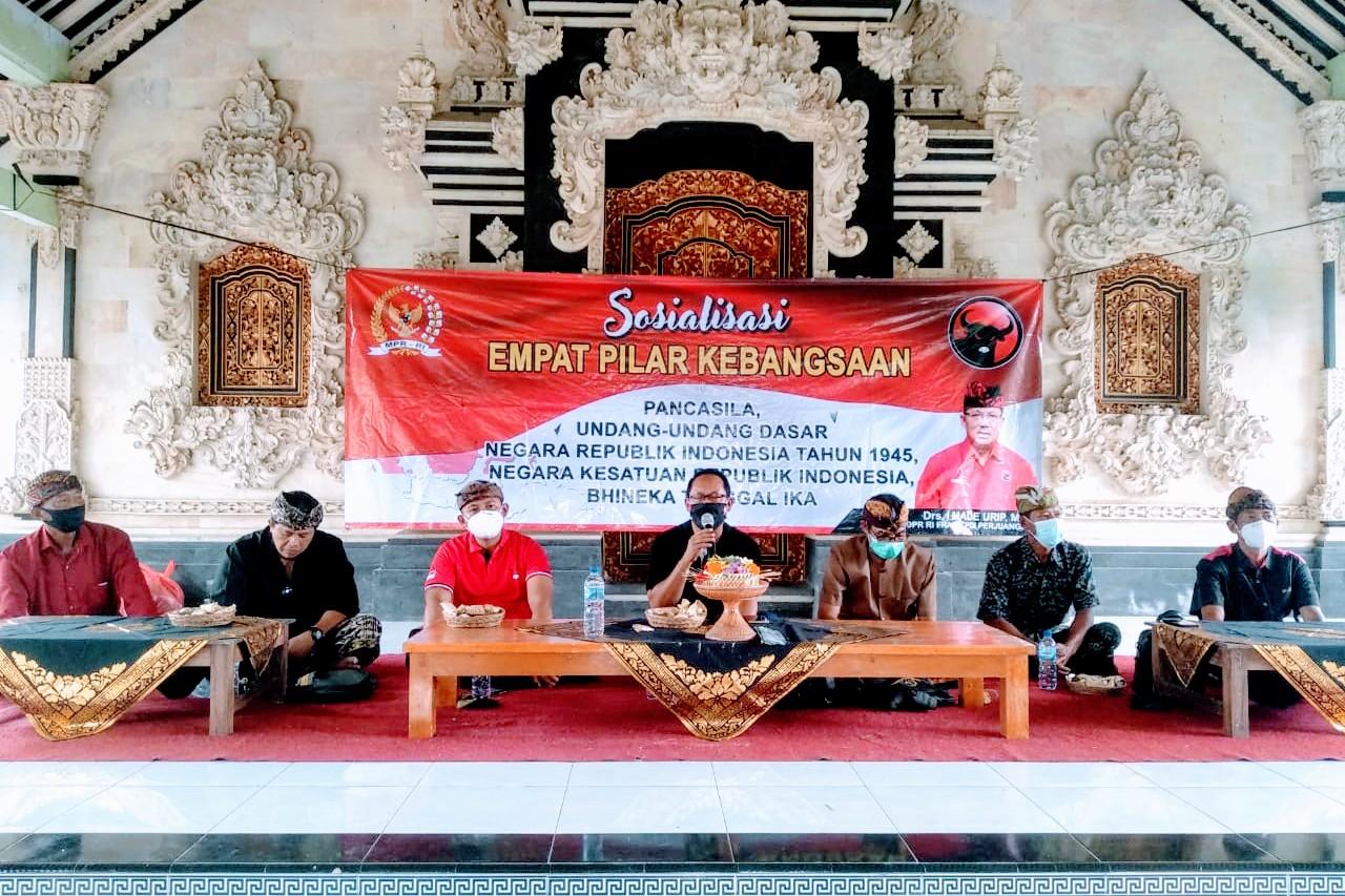 ANGGOTA MPR RI, I Made Urip, saat sosialisasi 4 Pilar Kebangsaan di Desa Tegaljadi, Marga, Tabanan, Jumat (19/2/2021). Foto: ist