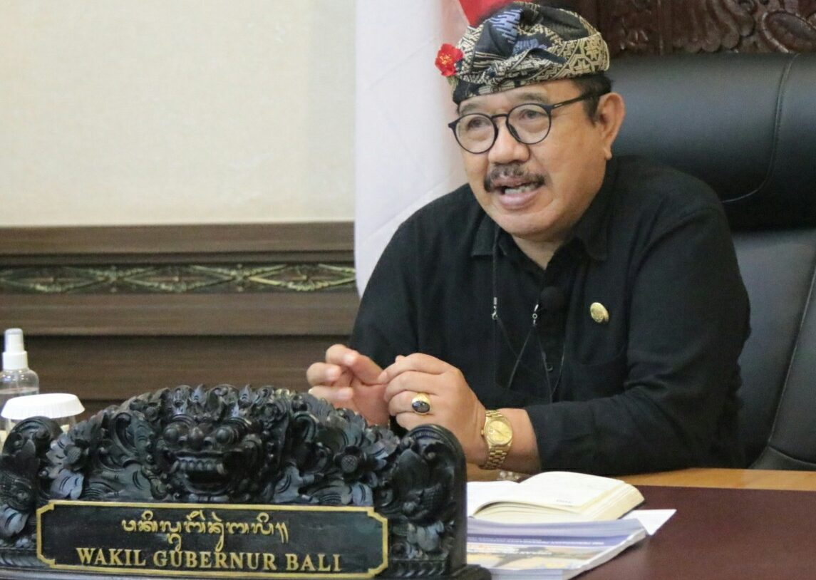 WAGUB Cok Ace saat menjadi narasumber dalam acara webinar Sakira (Saatnya Kita Bicara) yang digagas Asita 71 Bali melalui aplikasi zoom meeting dari Kantor Wagub Bali, Denpasar, Kamis (25/2/2021). Foto: ist