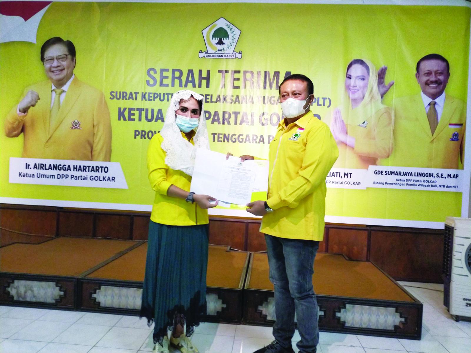 WAKIL Bendahara Umum DPP Golkar, Sari Yuliati saat menyerahkan SK Plt Ketua DPD Partai Golkar NTB kepada I Gde Sumarjaya Linggih (Demer). Foto: rul