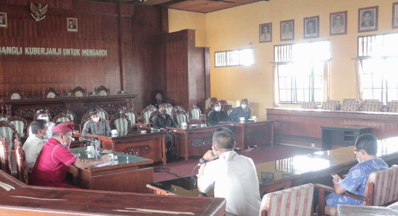 WARGA Banjar Malet Mengadu ke DPRD Bangli terkait proses PTSL, Senin (15/2/2021). Foto: gia