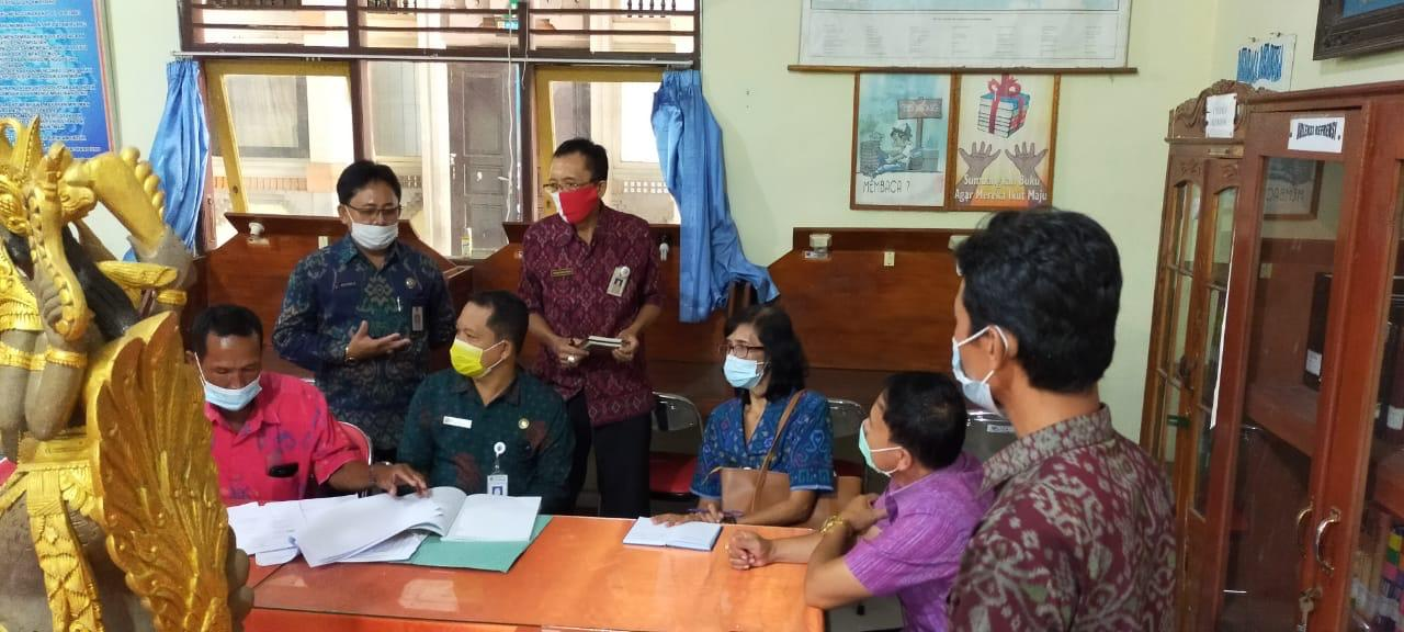 KEPALA Dinas Perpustakaan dan Kearsipan (Dispustaka) Kabupaten Karangasem, I Wayan Astika, beserta staf, Selasa (16/2/2021) melakukan pembinaan akreditasi langsung turun ke SMPN 2 Selat. Foto: ist
