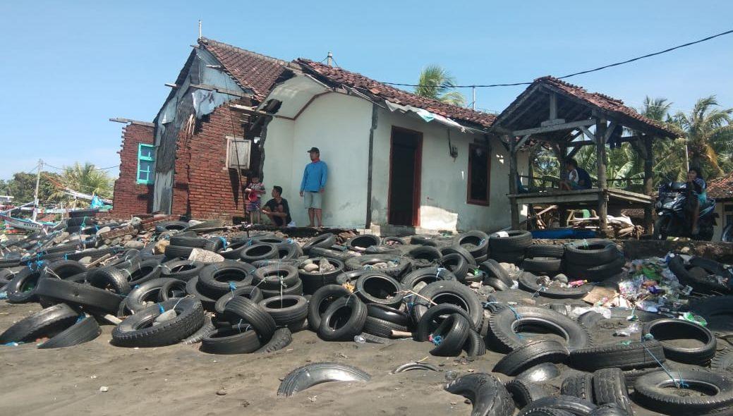 RUMAH di Pebuahan hancur tergerus abrasi. Foto: man