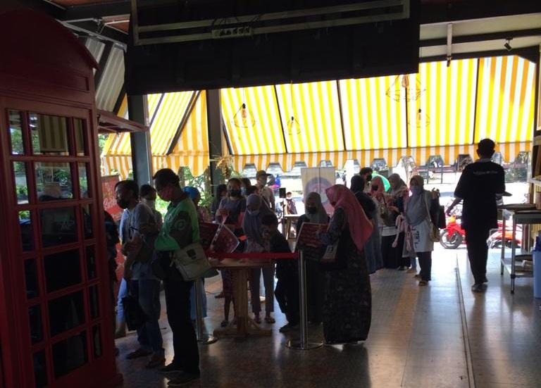 SATPOL PP Kota Denpasar dan Satgas Covid-19 Kecamatan Denpasar Utara saat penertiban gerai mie di Peguyangan Kaja lantaran tidak mengindahkan penerapan prokes di masa pandemi, Minggu (21/2/2021). Foto: ist