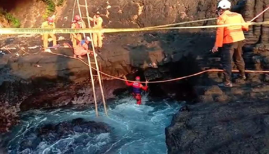 TIM SAR pada Selasa (16/2/2021) turun pagi-pagi dengan sasaran ke dalam lubang kubangan, karena sempat ada dugaan pemancing yang hilang di pesisir Pantai Mimba, Desa Padangbai, Manggis, terperosok ke kubangan tersebut. Foto: ist