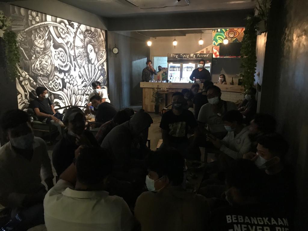 SALAH satu kafe di kawasan Jalan Gatot Subroto, Denpasar Utara yang ditertibkan oleh Satgas Covid-19 karena melanggar protokol kesehatan, Sabtu (27/2/2021) malam. Foto: ist