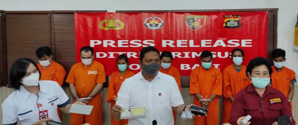 DUA kelompok jaringan skimming yang membobol ribuan data nasabah bank di Bali ditangkap polisi. Foto: ana