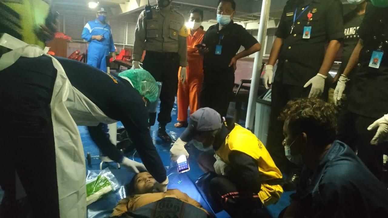 PROSES evakuasi salah satu dari dua penumpang KMP Marina Primera rute Pelabuhan Lembar - Padangbai tercebur ke laut. Peristiwa itu terjadi pada Jumat (12/2/2021) sekitar pukul 16.30 Wita. Foto: istimewa