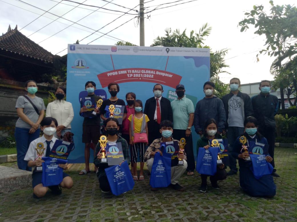 KASEK I Gusti Made Murjana foto bersama peraih juara dan orangtua siswa serangkaian Hari Kasih Sayang saat peluncuran PPDB tahun pelajaran 2021/2022, Senin (15/2/2021). Foto: tra