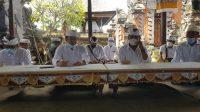 BENDESA Adat Gianyar, Dewa Made Swardana (nomor 2 dari kiri) didampingi Manggala Saba Desa Adat Gianyar, Ketua PPA dan kelian banjar. Foto: adi