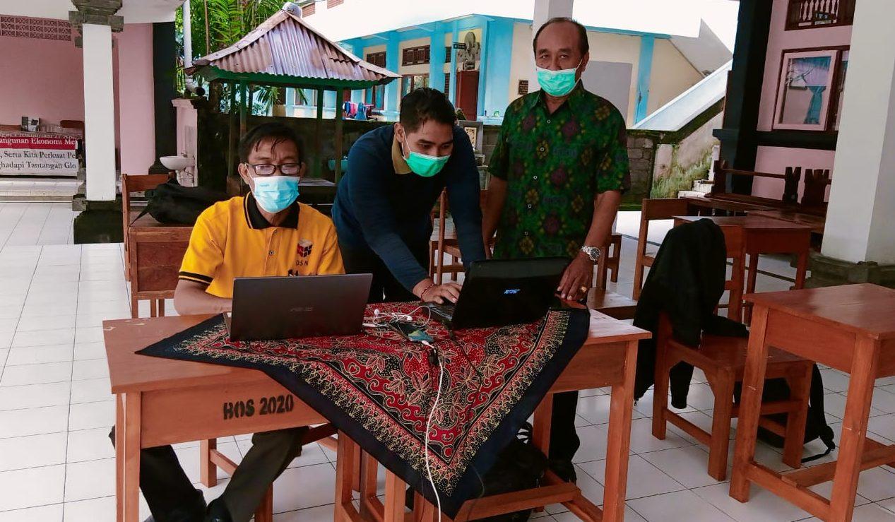 KETUA K3S Kecamatan Denpasar Utara, Wayan Cana Ardika, memantau pelaksanaan seleksi KSN secara daring, Jumat (5/2/2021). Foto: tra