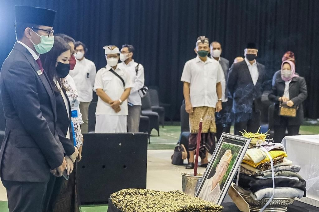 MENPAREKRAF Sandiaga Salahuddin Uno memberi penghormatan terakhir pada seniornya almarhum I Gede Ardika di DOM STP Bandung, Jawa Barat, Senin (22/2/2021). Foto: ist