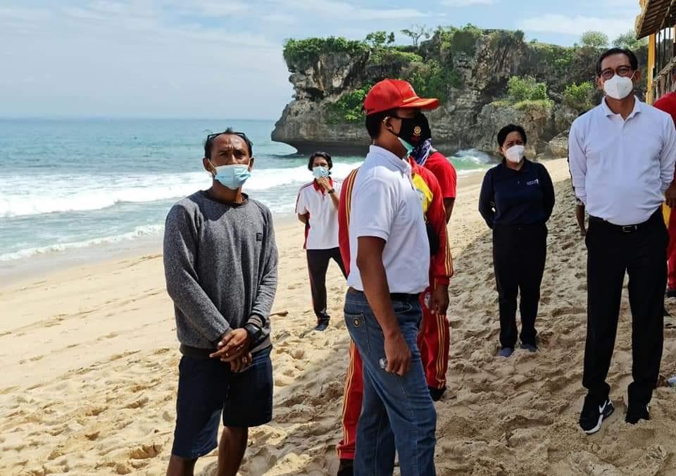 KADISPARDA Badung, Cokorda Raka Darmawan; bersama Camat Kutsel dan Lurah Jimbaran saat memantau Pantai Balangan. Foto: ist