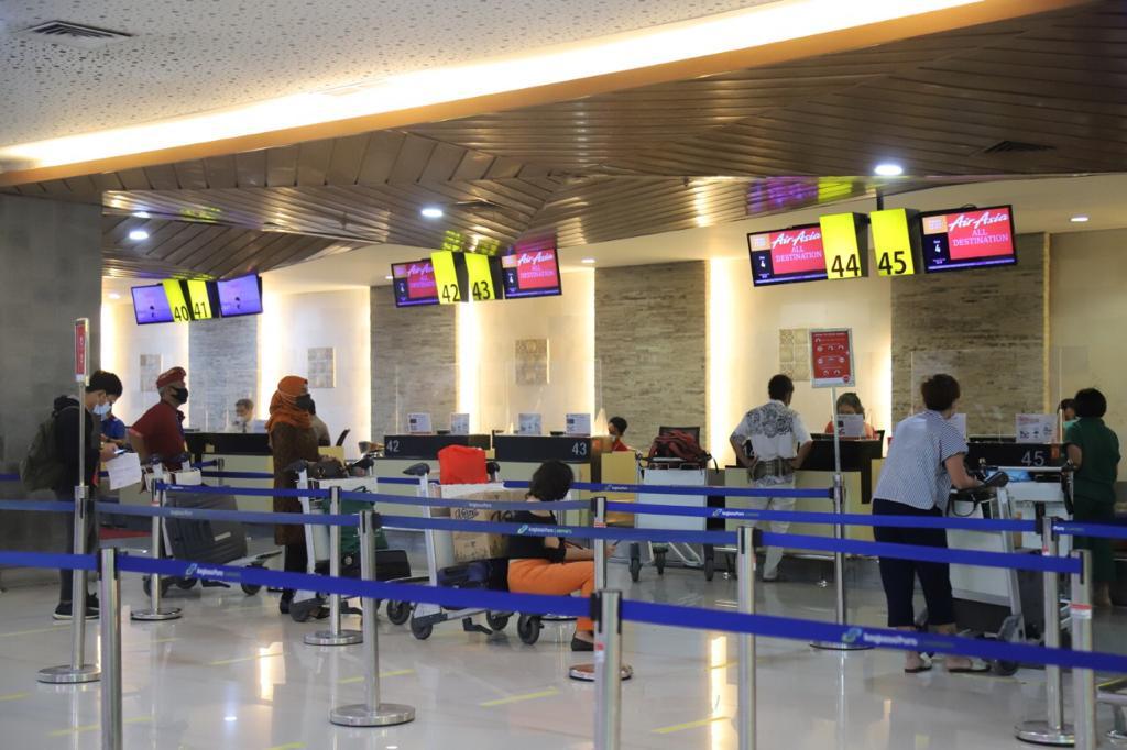 PENUMPANG di Bandara Ngurah Rai. Tercatat selama periode Februari 2021, Bandara Ngurah Rai telah melayani 157.172 penumpang pesawat udara. Foto: ist