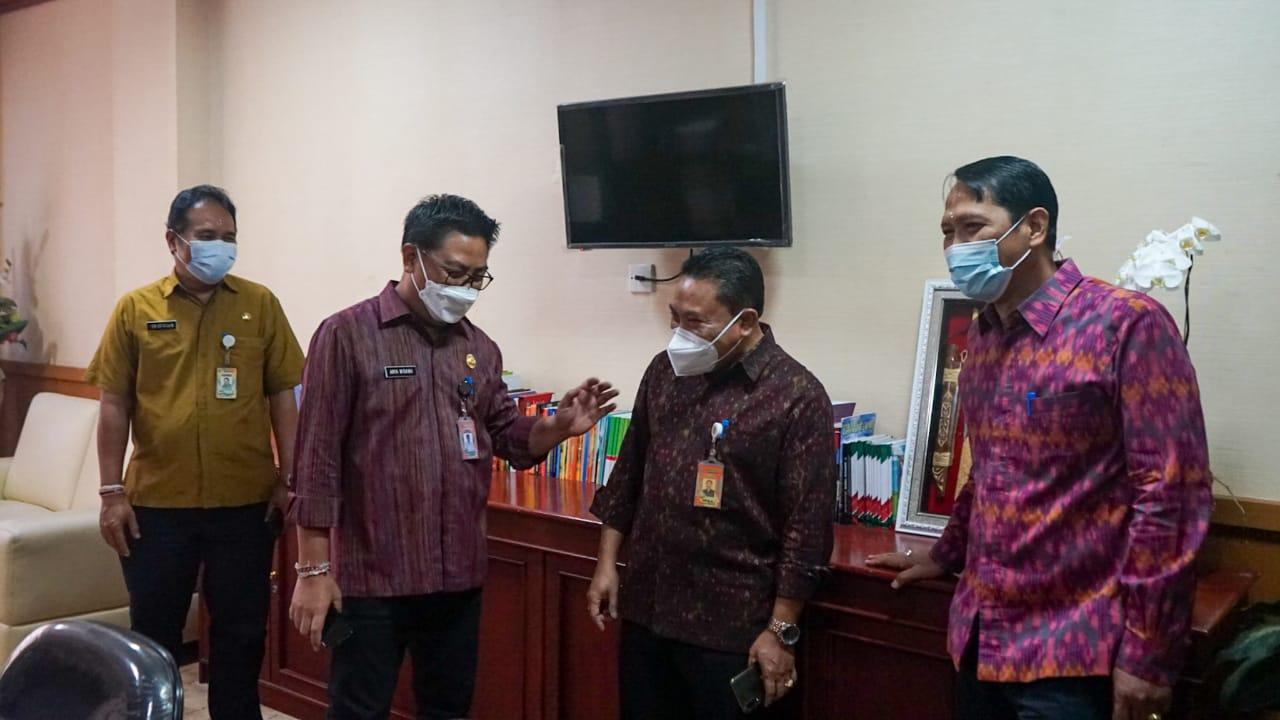 WAKIL Wali Kota Denpasar, I Kadek Agus Arya Wibawa, saat melaksanakan kunjungan ke ruang kerja di lingkungan Kantor Wali Kota Denpasar, Selasa (2/3/2021). Foto: ist