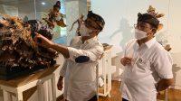 SETELAH membuka pameran sketsa, tapel, dan ogoh-ogoh mini, Jaya Negara-Arya Wibawa meninjau hasil karya isan muda, Minggu (7/3/2021) di DNA Kreatif Hub Denpasar. Foto: ist